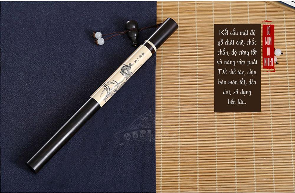 ảnh dài ống đựng nhang hình bút để trên ban thờ